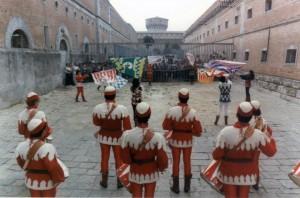 Sbandierata per i detenuti nel carcere di Volterra